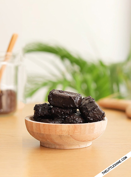Coffee scrub cubes to smooth and brighten skin